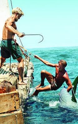 Thor Heyerdahl 1969 mitten im Atlantik auf der Ra mit dem italienischen Kameramann Carlo Mauri, der enge Verbindungen mit Sardinien hatte